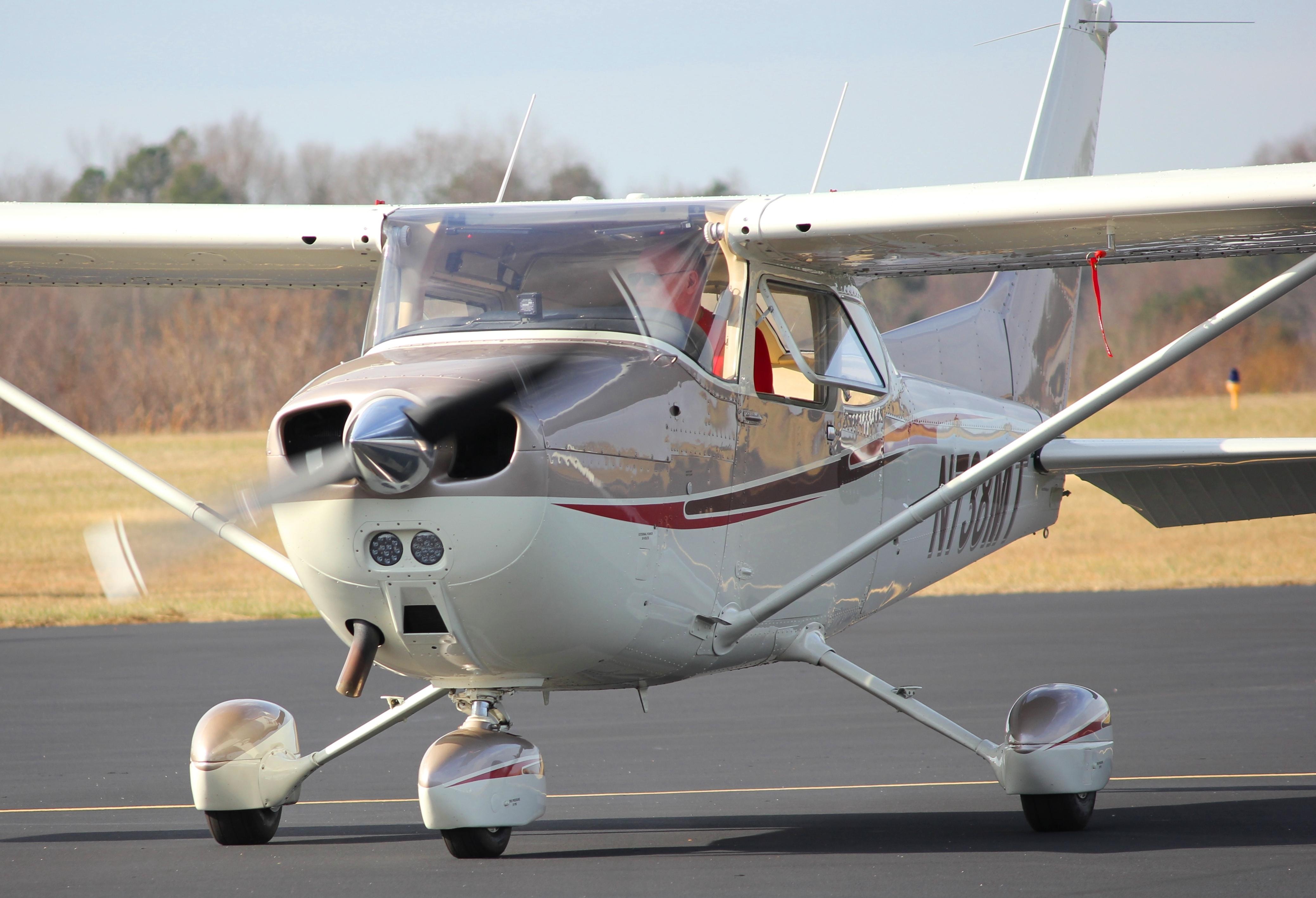 Отец с дочерью на борту выполняет фигуры высшего пилотажа